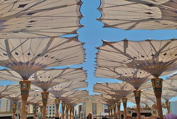 Majestätische Sonnenschirme, entwickelt von der iks Gruppe, spenden den Pilgern in Mekka nicht nur Schatten, sondern auch Wasser.