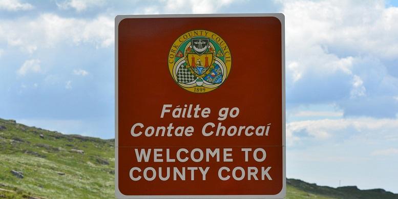 Mehrsprachigkeit zum Anfassen: Irisch-englisches Straßenschild in Cork, Irland